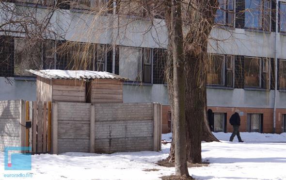 """Вход в областную библиотеку Бреста """"украсили"""" деревянным сортиром"""