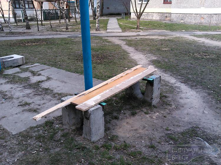 Чудо-лавочки во дворе дома по ул. Московской никак не могут привести в порядок