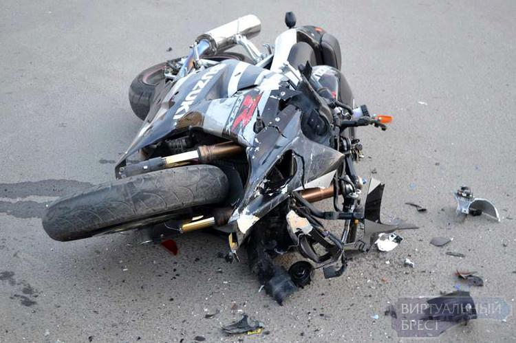 Брест: погибла пассажирка мотоцикла, врезавшегося в припаркованный автомобиль