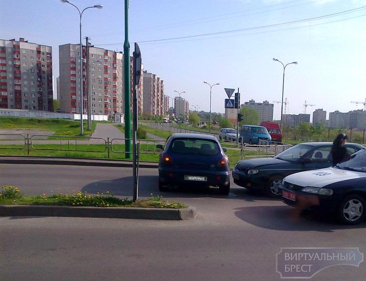 На перекрестке ул.Сябровская и Рябиновая ДТП блокировало две полосы