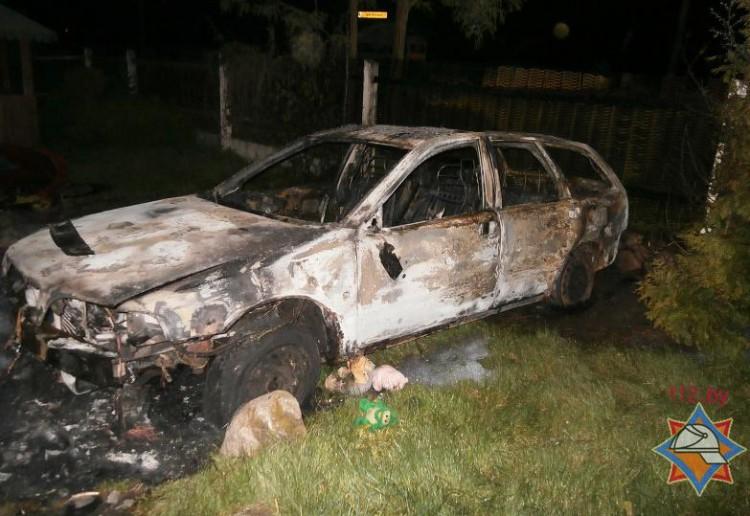 На ул. Кирпичной горел автомобиль. Спасая его, мужчина получил ожоги
