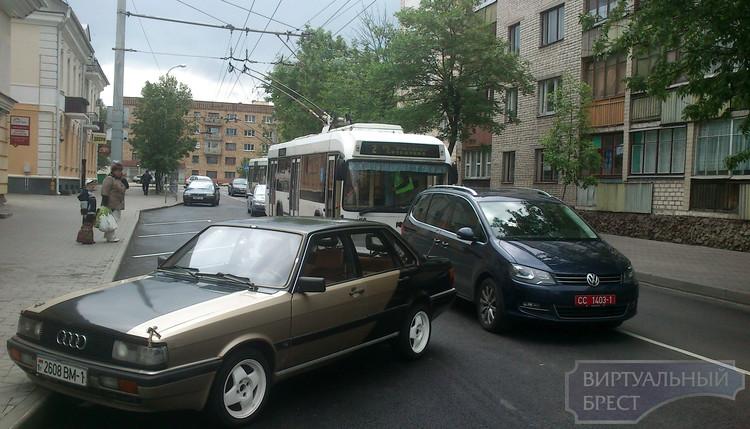 Оставленная у консульства машина блокировала движение троллейбусов
