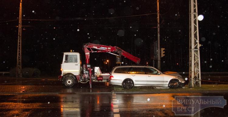 На Московской Mercedes врезался в мачту, водитель сбежал