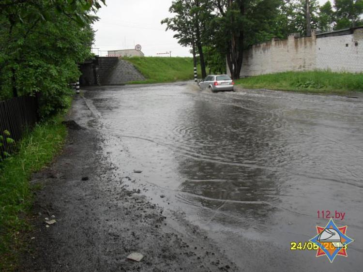 Больше месячной нормы осадков выпало за ночь в Бресте, некоторых затопило