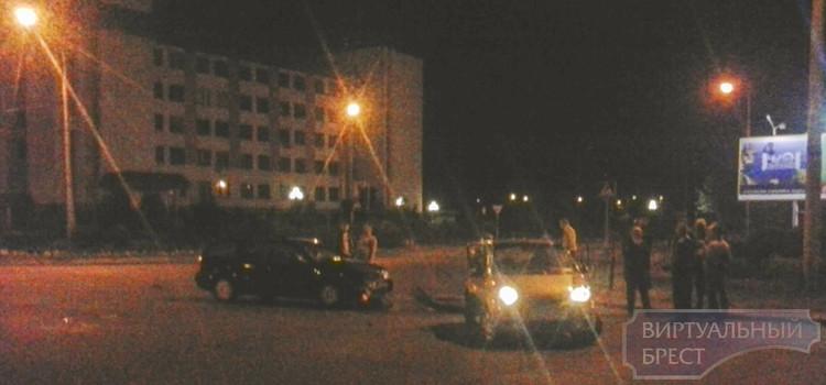 На перекрёстке Гаврилова-Ленинградская ночью столкнулись Passat и Daewoo Matiz
