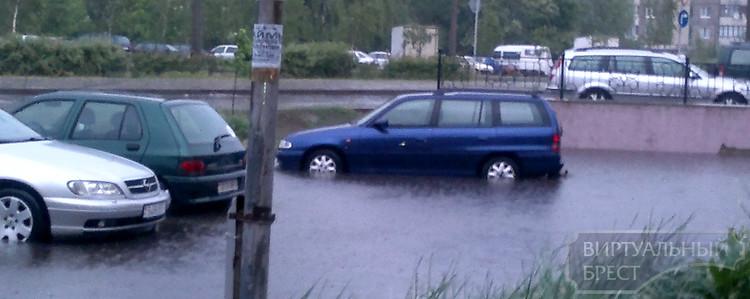 На Суворова затопило автомобильную стоянку