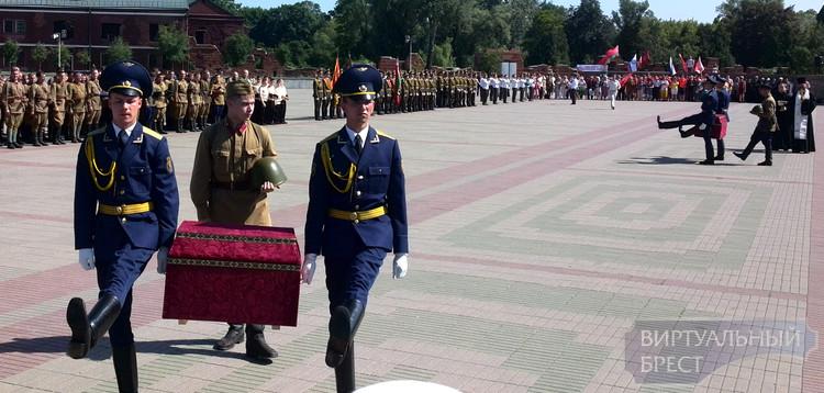 Останки двух красноармейцев перезахоронили в Брестской крепости
