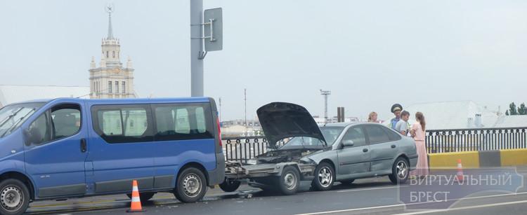 Авария на путепроводе - легковушка въехала в бус с лафетой