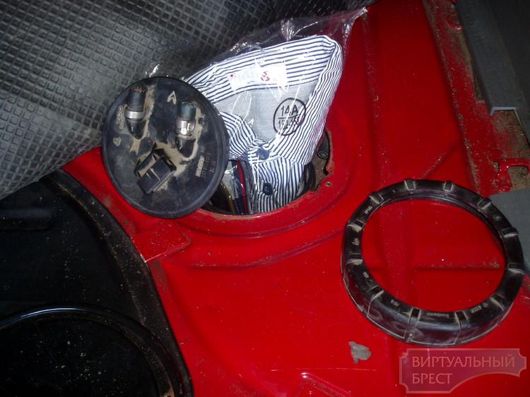Очередную партию одежды обнаружили пограничники в топливном баке авто