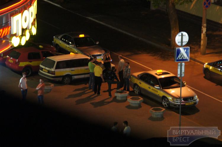 В Бресте таксист-клиент избил коллегу из-за высокого ценника