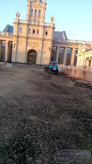 На стоянке ЖД вокзала под слоем асфальта скрывалась старая брусчатка