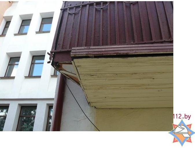 """В бресте зил-130 """"зацепил"""" балкон жилого дома - фото."""