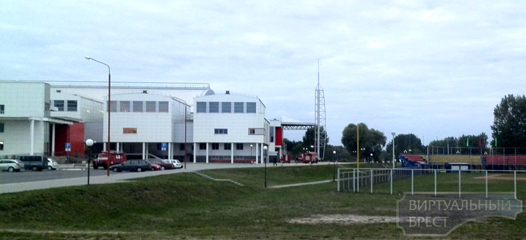 Подразделения МЧС выезжали на тушение зданий на Гребном канале и ДВВС