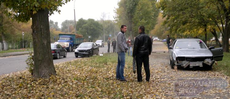 На ул. Набережной ДТП, машина оказалась на тротуаре