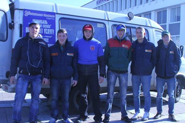 Крепкие парни из БРСМ помогают доставить покупки с ярмарок инвалидам и пенсионерам