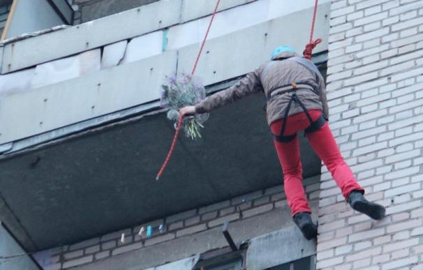 Берасцеец спусціўся з даху на гаўбец, каб папрасіць прабачэння ў дзяўчыны