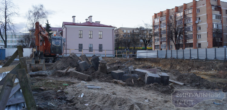 В центре Бреста в котловане под новый дом обнаружен склад надгробий