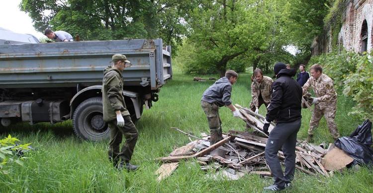 Энтузиасты очистили Гавриловский капонир Брестской крепости от мусора
