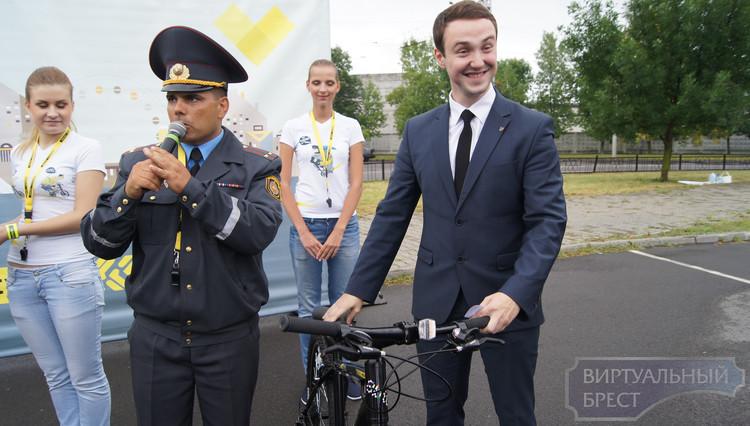 """Брестчане сдавали экзамен и получали """"права"""" на велосипед"""