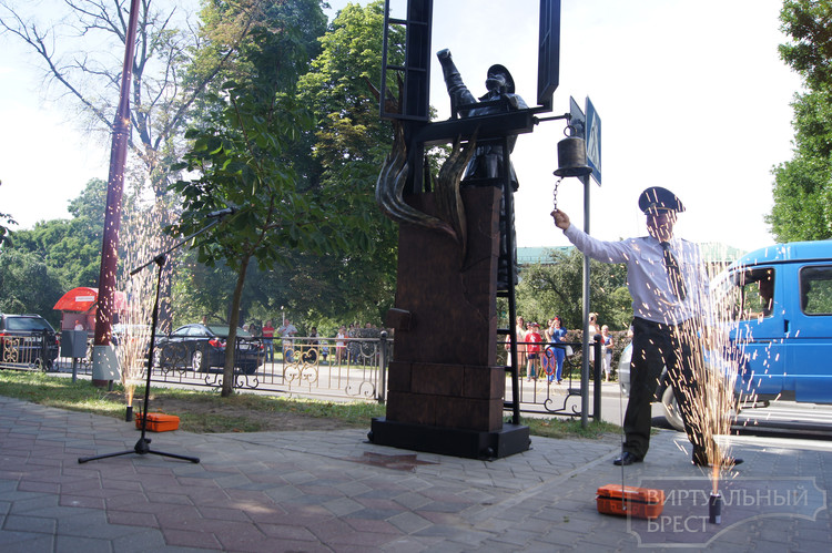 В День пожарной службы на Гоголя открыли фонарь МЧСника