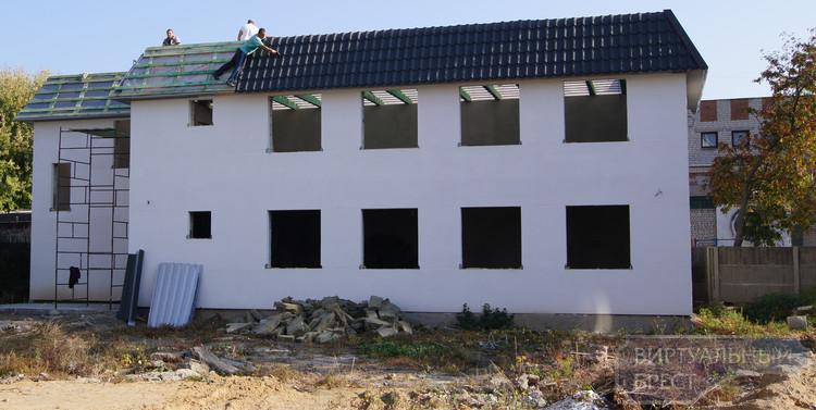 Незаконно построенный дом нашли в центре Бреста, его сносят