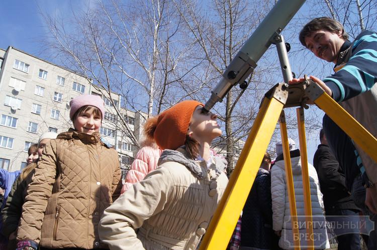 В Брестских школах организовали просмотр затмения