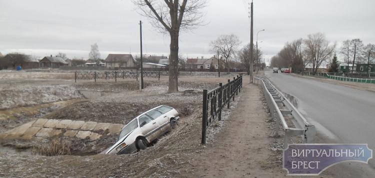 Утреннее ДТП на ул. Свято-Афанасьевской закончилось съездом автомобиля в канал