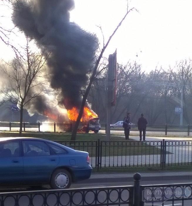 """На въезде в Брест сгорела """"Газель"""", остановили движение"""
