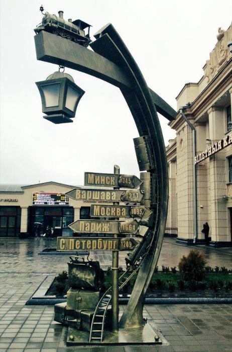 На вокзале в Бресте появился стильный фонарь-указатель