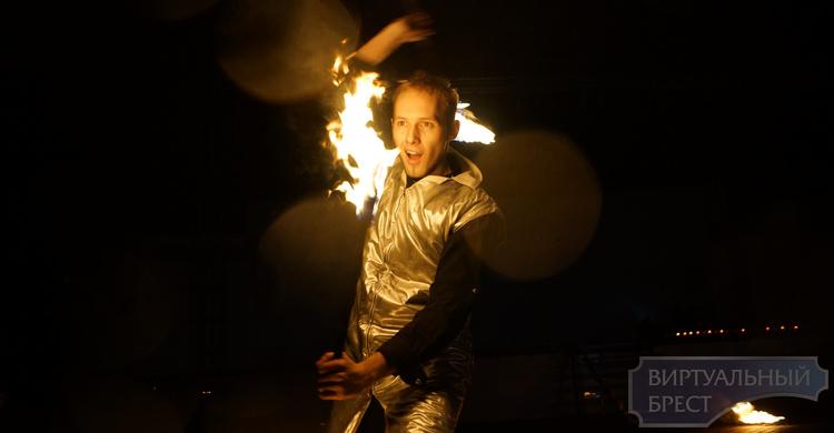 Час Земли в Бресте отметили зрелищным файер-шоу