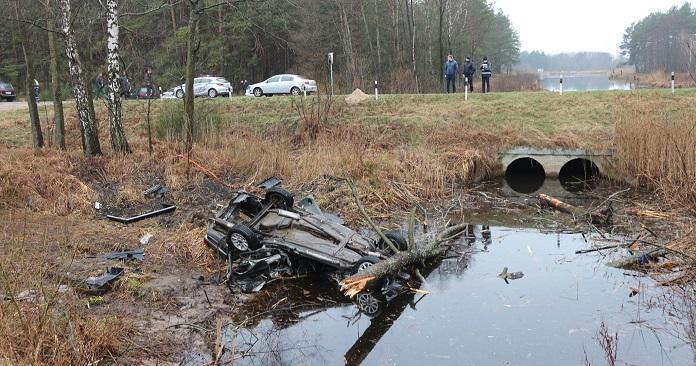 У д. Комаровка разбился автомобиль, 3 человека погибли