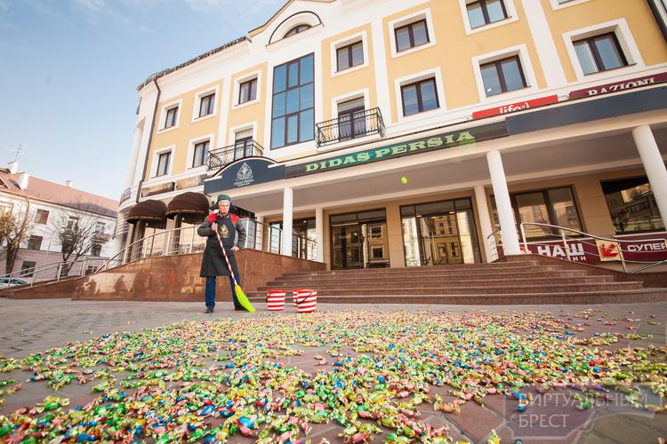 На Советской дворник убирал конфеты, как опавшие листья