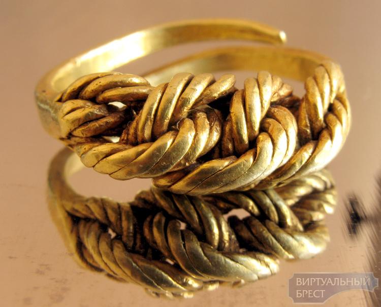 Уникальное золотое кольцо, найденное на раскопках древнего Берестья, представили публике