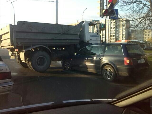 "ДТП в Бресте на Гродненской: МАЗ ""наехал"" на VW Passat"