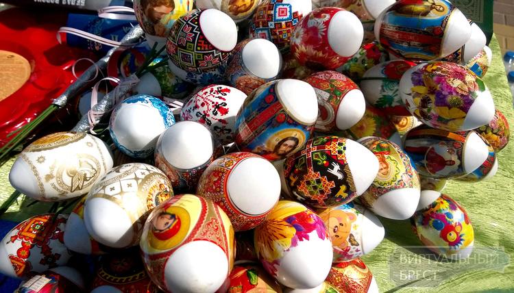 В Бресте на Гоголя проходит традиционная Пасхальная ярмарка