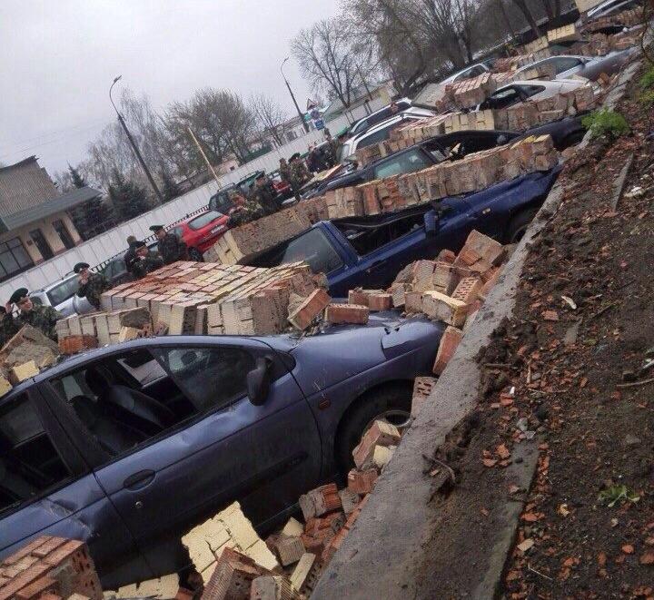 Кирпичная стена погребла под собой 10 авто пограничников