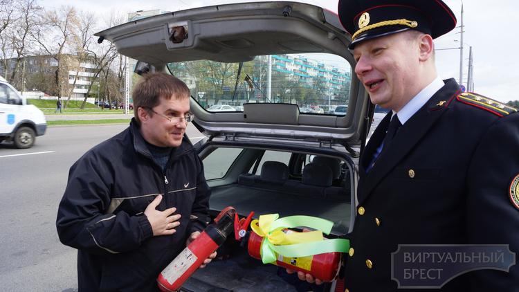 Сотрудники ГАИ проверяют аптечки и огнетушители