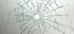 Хулиган, бросив бутылку, разбил ветровое стекло в автомобиле