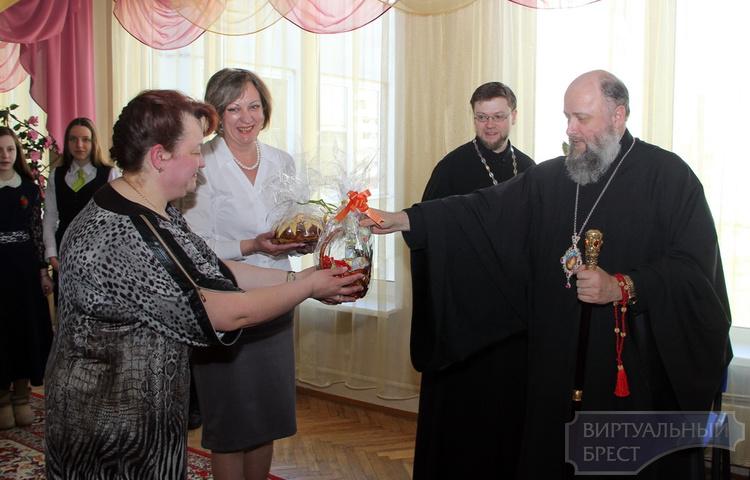 Епископ Брестский и Кобринский вручил детям пасхальные подарки