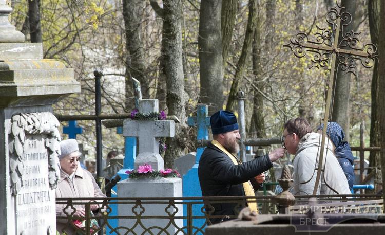 Панихиды по случаю Радуницы прошли на кладбищах Бреста