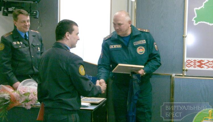 Награждены сотрудники Департамента охраны, спасшие из горящего дома 7 человек