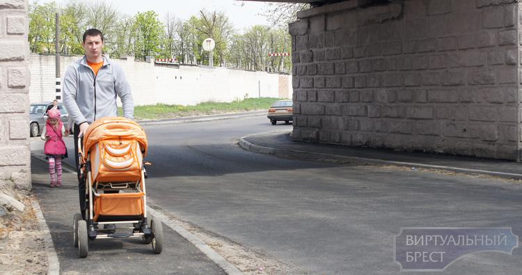 """На """"горбатом мосту"""" сделали тротуар для пешеходов"""