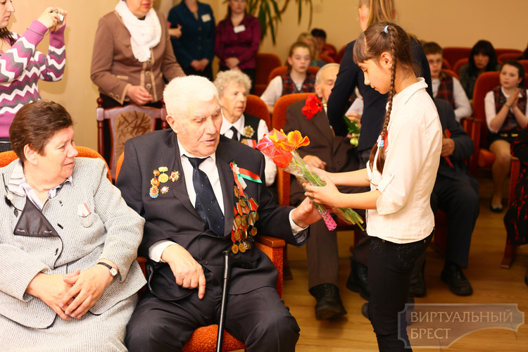 Дети Бреста поздравляют ветеранов с праздником Победы