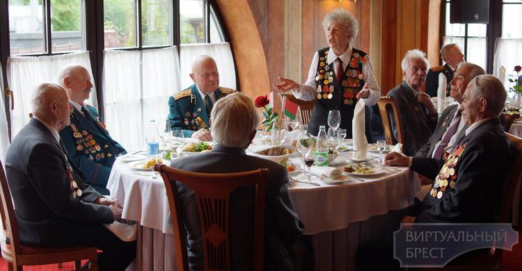 В отеле Эрмитаж в Бресте ветеранам устроили званый обед