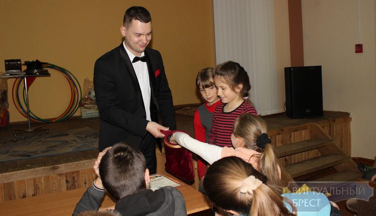 Частная компания из Кобрина подарила детям из школы-интерната волшебное представление