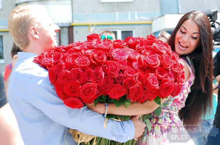 Мужчине не хватило на букет роз, и он поздравил свою женщину краской на тротуаре