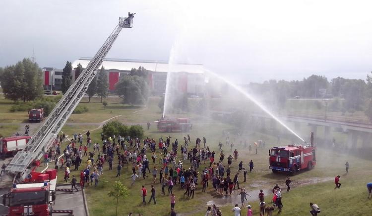 В Бресте для детей спасатели устроили «Водную феерию»