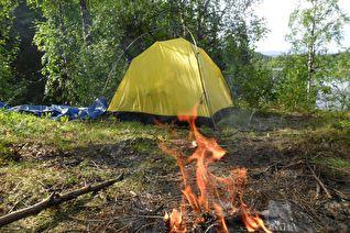Два человека погибли: наезд на туристическую палатку и на спящего в сене мужчину