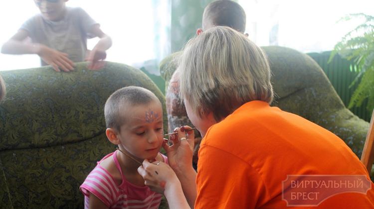 Сотрудники сети магазинов «Кронос» посетили Кобринский детский социальный приют