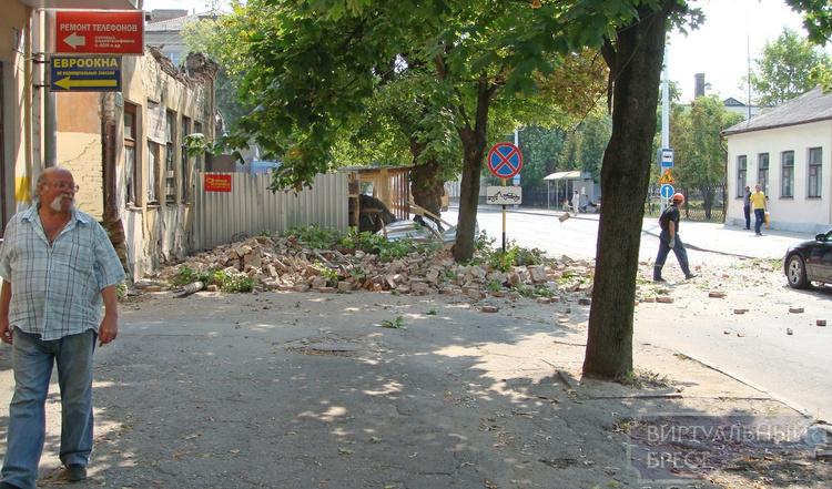 На ул. 17-го Сентября обрушилась часть фасада здания